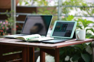 Met de laptop werken in de tuin